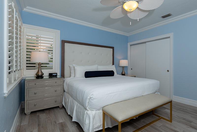 Deluxe One Bedroom Suite Bedroom with Kind Bed
